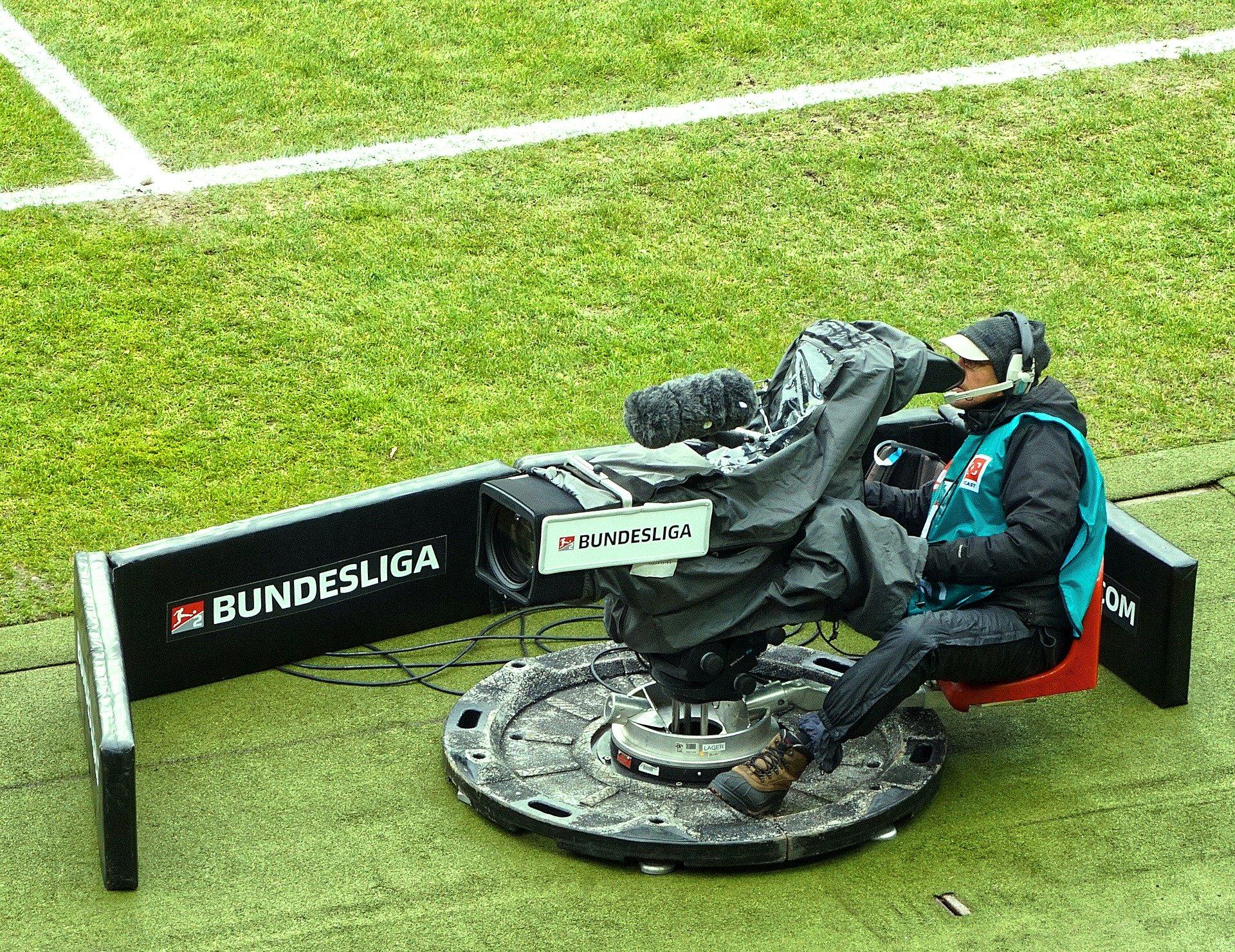 Kommentar zum Videobeweis im Fußball:   Die Bundesliga sollte vom American Football lernen!